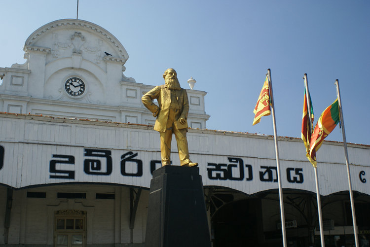 sri-lanka-colombo-fort-railway-station-statue